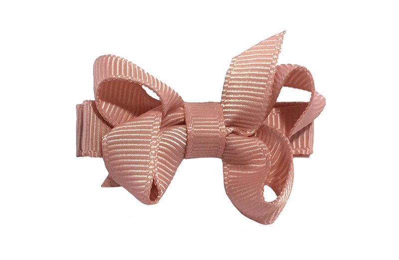 Lief klein haarknipje met een mooi strikje van oud roze geribbeld lint. Op een alligatorknipje bekleed met oud roze lint.