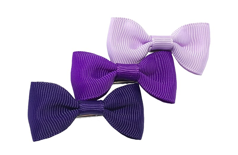 Leuk setje van 3 haarstrikjes in verschillende paars tinten.  Op een handig alligator knipje van ongeveer 3.5 centimeter.