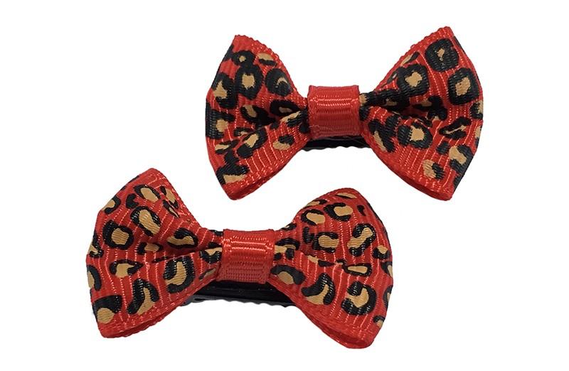 Vrolijk setje van 2 kleine rode haarstrikjes met luipaard printje.  Op een klein zwart alligatorknipje van 3 centimeter.