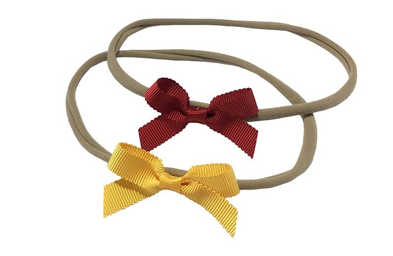 Schattig setje van 2 goed rekbare nylon haarbandjes. Met op elk een klein strikje van geribbeld lint.  1 haarbandje met een geel strikje.  1 haarbandje met een rood strikje.  De haarbandjes zijn heel goed rekbaar en daardoor geschikt tot ongeveer 6 jaar.  De strikjes zijn ongeveer 6 centimeter breed.