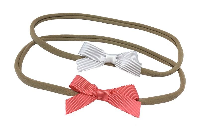 Schattig setje van 2 goed rekbare nylon haarbandjes. Met op elk een klein strikje van geribbeld lint.  1 haarbandje met een wit strikje.  1 haarbandje met een koraal roze strikje.  De haarbandjes zijn heel goed rekbaar en daardoor geschikt tot ongeveer 6 jaar.  De strikjes zijn ongeveer 6 centimeter breed.