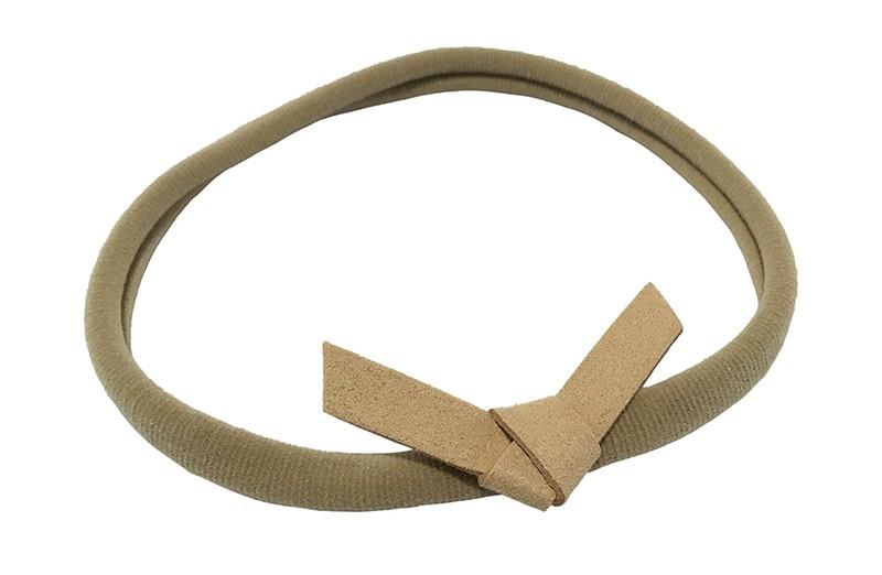Leuk! Nylon haarbandje met camel beige suedelook knoopstrikje.  Het nylon haarbandje is heel goed rekbaar en daardoor geschikt voor baby, peuter en kleuter meisjes.  Leuk in heel veel kapseltjes.  Het suede knoopstrikje is ongeveer 6 centimeter breed.