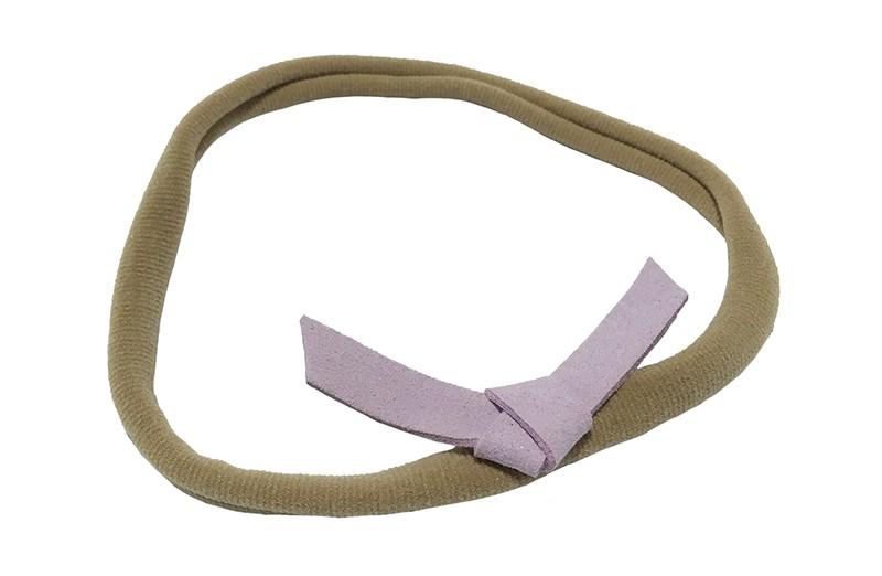 Leuk! Nylon haarbandje met lila paars suedelook knoopstrikje.  Het nylon haarbandje is heel goed rekbaar en daardoor geschikt voor baby, peuter en kleuter meisjes.  Leuk in heel veel kapseltjes.  Het suede knoopstrikje is ongeveer 6 centimeter breed.