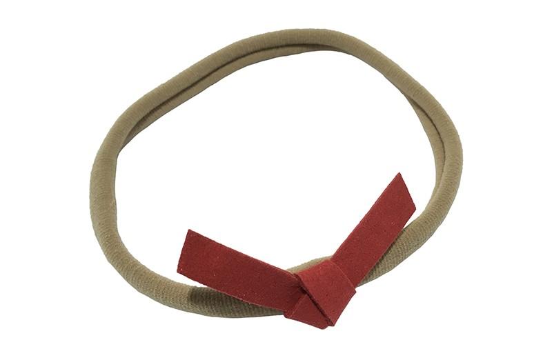 Leuk! Nylon haarbandje met rood suedelook knoopstrikje.  Het nylon haarbandje is heel goed rekbaar en daardoor geschikt voor baby, peuter en kleuter meisjes.  Leuk in heel veel kapseltjes.  Het suede knoopstrikje is ongeveer 6 centimeter breed.