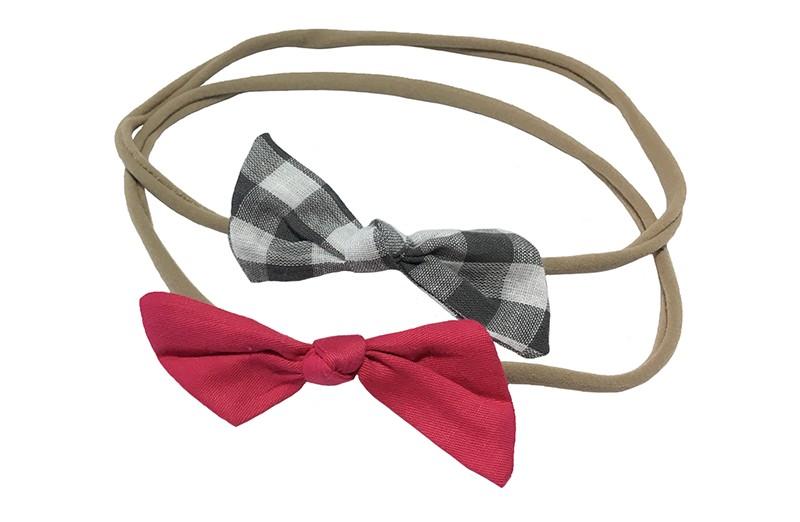Schattig setje van 2 goed rekbare nylon haarbandjes. Met op elk een strikje van stof.  1 haarbandje met een fuchsia roze strikje.  1 haarbandje met een grijs geblokt strikje.  De haarbandjes zijn heel goed rekbaar en daardoor geschikt tot ongeveer 6 jaar.  De strikjes zijn ongeveer 6 centimeter breed.