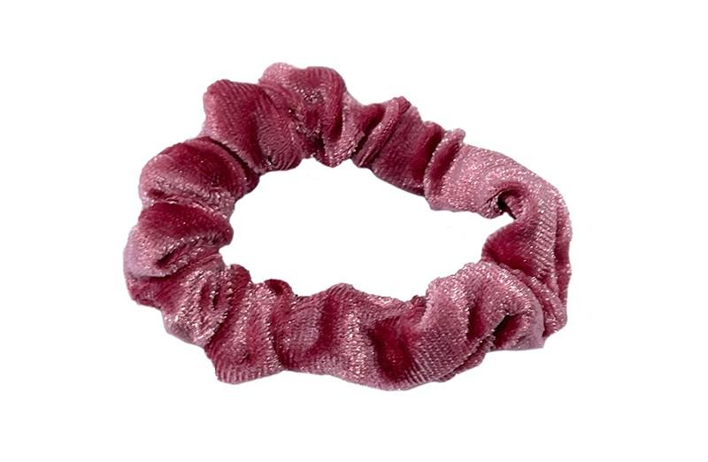 Leuke roze fluweel stoffen scrunchie.  Van lekker zacht materiaal.  Heel makkelijk een leuk kapsel met deze populaire elastieken.  Geschikt voor klein tot groot. Van peuter en kleuter meiden tot tiener meiden.